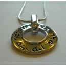 collier rond en métal argenté.